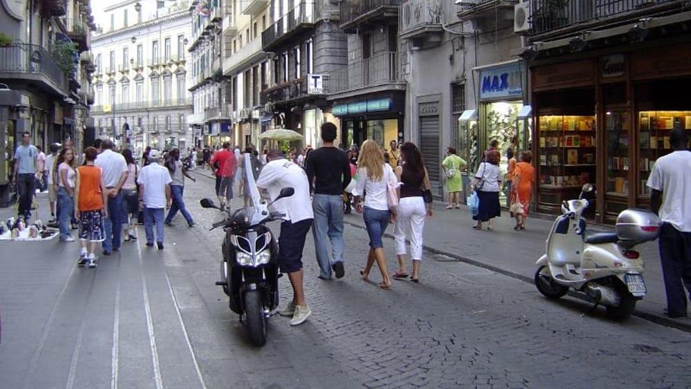 Via toledo clienti in fuga dal noto mega store for Mobilia mega store ottaviano