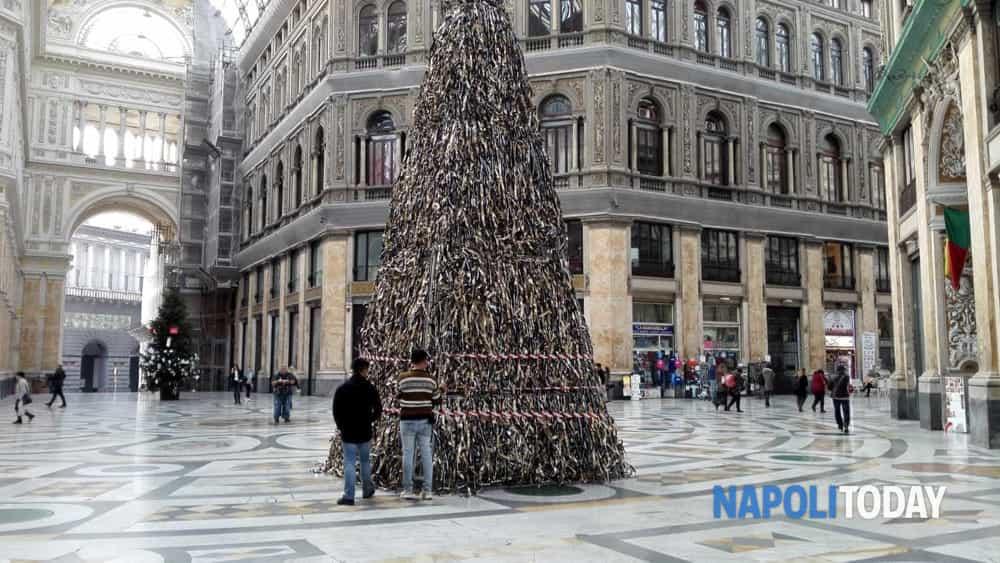Albero Di Natale Napoli.Galleria Umberto Spunta Un Secondo Albero Di Natale A Prova Di Baby Gang
