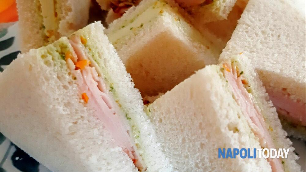 Tramezzini con pesto di pomodorini, tacchino e Asiago: aperitivo sfizioso