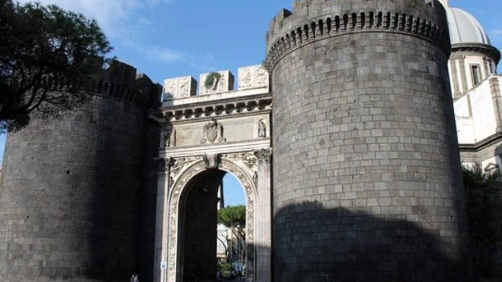 Porta capuana continua il mercato della monnezza - Porta di massa napoli ...