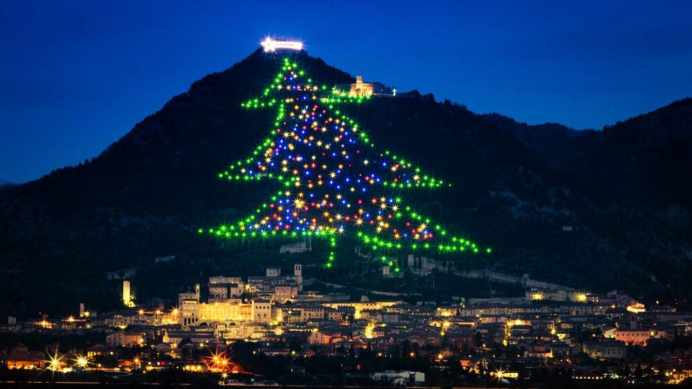 A Gubbio l'albero di Natale più grande del mondo accende la speranza