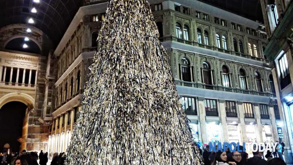 Albero Di Natale Napoli.Galleria Umberto Inaugurato Pyramid L Albero Artistico Realizzato Con Gli Scarti