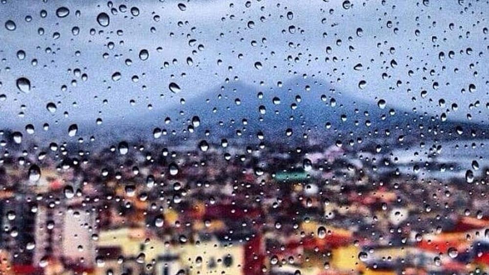 Bomba d'acqua su Napoli, chiusi parchi e cimiteri per l'allerta meteo